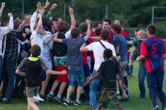 Les joueurs du FCRF2M immédiatement entourés par leurs jeunes supporters