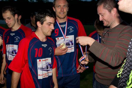 remise des médailles aux joueurs du FCRF2M, vainqueurs