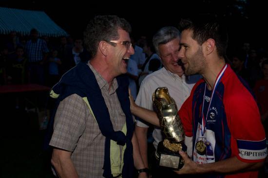 Le trophée de Champion remis au capitaine du FC Richardménil Flavigny Méréville Messein par M. LAGRANGE, maire de Messein et M.